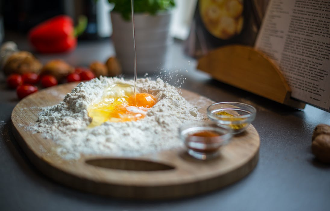 breaking-egg-flour-spices-407073